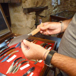 {:it}Gotteddus et Resolzas - Le officine del coltello sardo{:}{:en}Gotteddus et Resolzas - The workshops of the Sardinian Knife{:}